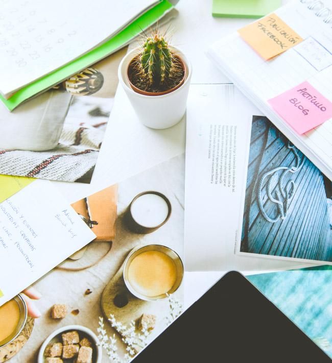 Mesa con cactus, cafe, libreta...